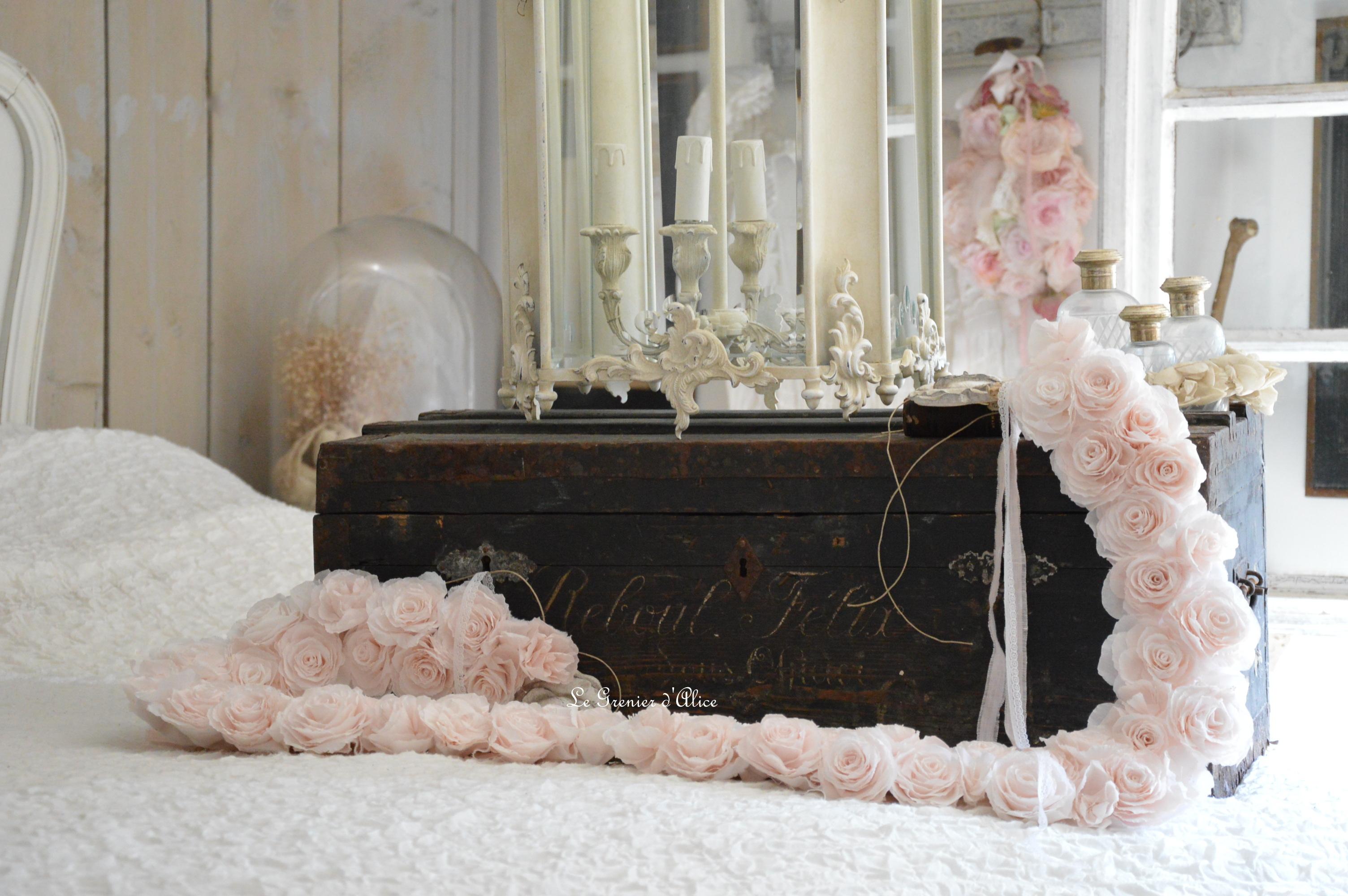 Lanterne style Louis XV lanterne bronze lanterne shabby chic romantique lanterne patinée guirlande fleurs rose crépon rose poudré création le grenier dalice 3