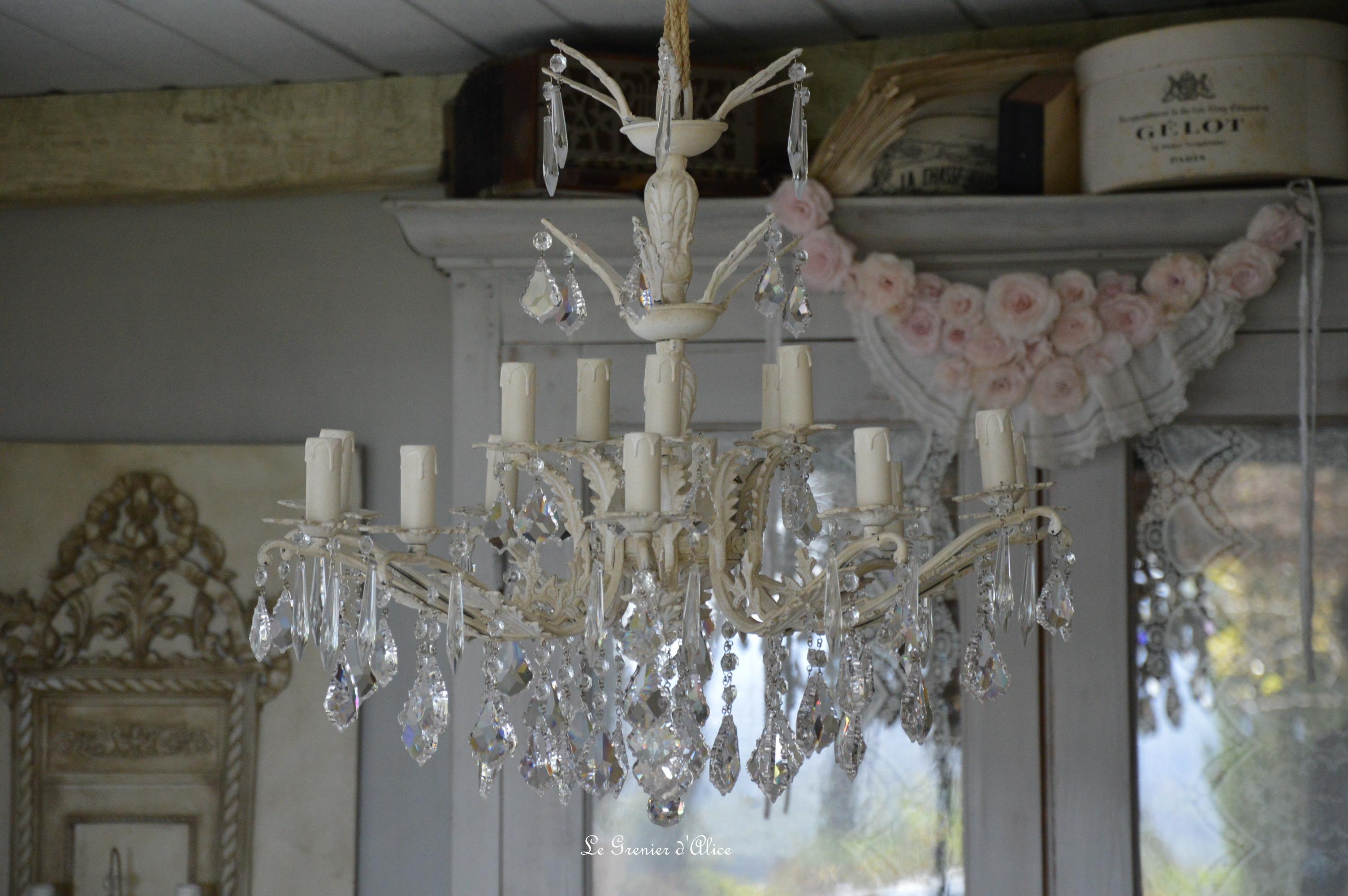 Lustre vingt lumières lustre romantique shabby chic chandelier patine lin pampilles cristal creation le grenier dalice