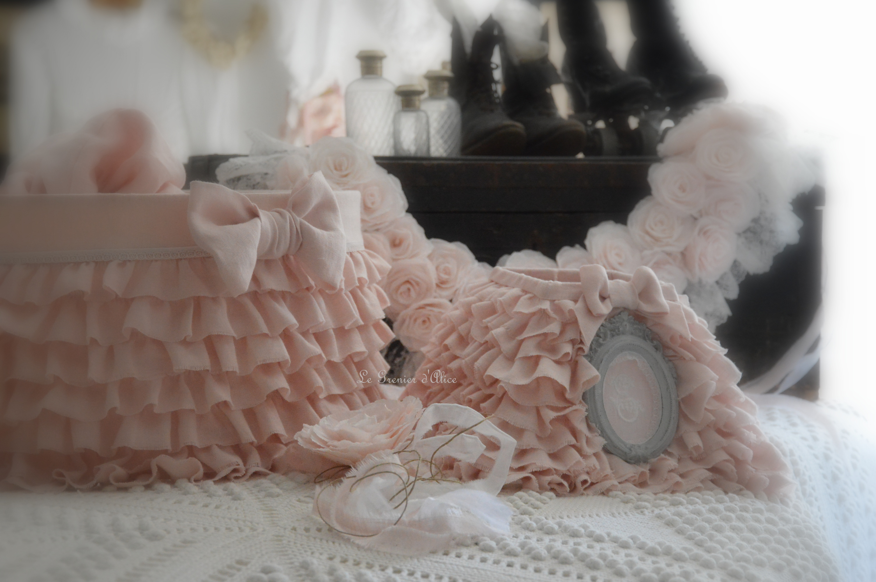 Suspension abat jour lustre froufrou volant lin rose poudré ornement moulure patiné shabby chic romantique deco charme cosy deco french guirlande rose papier crépon dentelle ruban
