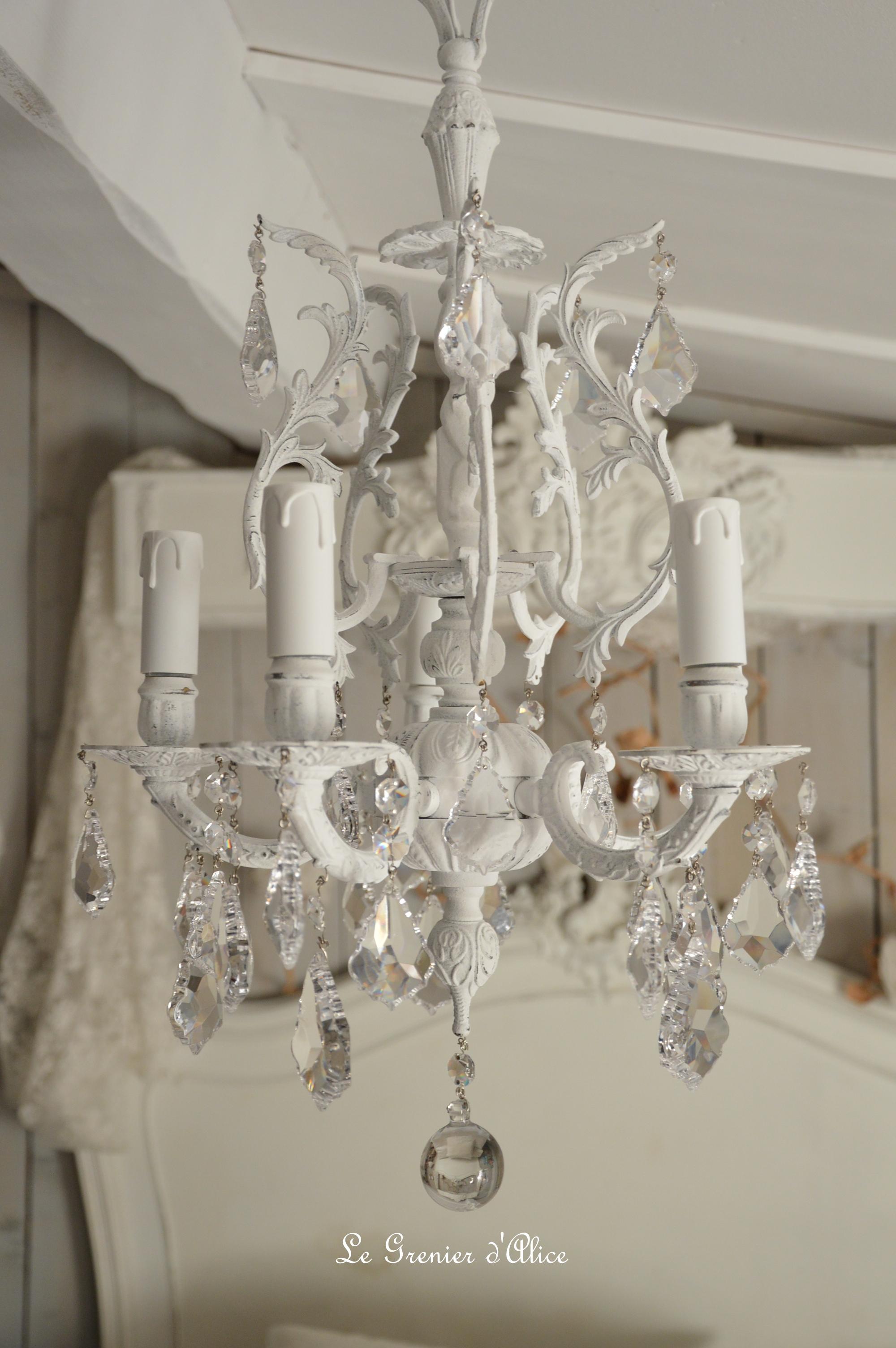 Chambre Style Shabby Romantique lustre cinq branches, le blanc pour un effet shabby chic