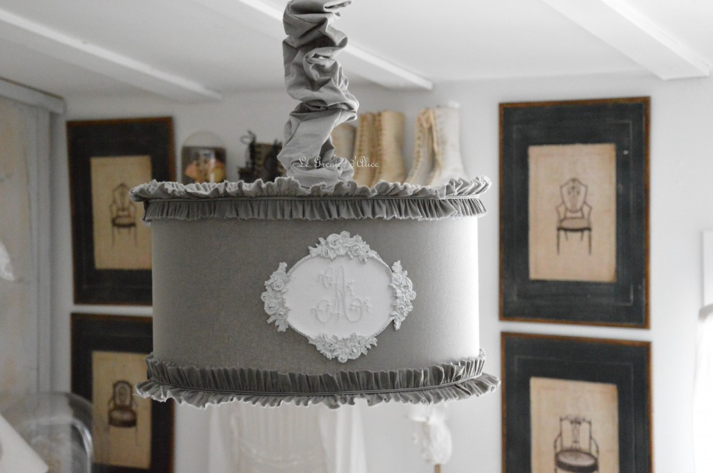Suspension-abat-jour-lampshade-serviette-ancienne-monogramme-ornement-patine-blanche-volant-ruffle-shabby-chic-decoration-de-charme-le-grenier-d-alice-diametre-35-tissu-gris-souris-new 1