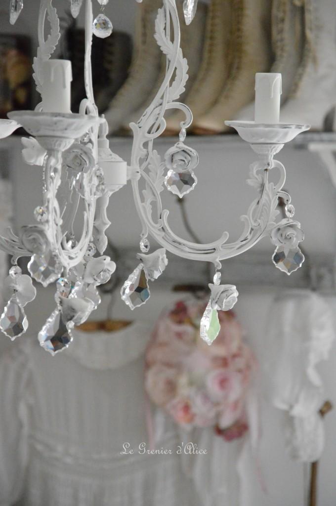 Lustre trois branches patine blanche lustre shabby chic lustre romantique romantic shabby chic chandelier pampille cristal pendaloque rose coupelle céramique