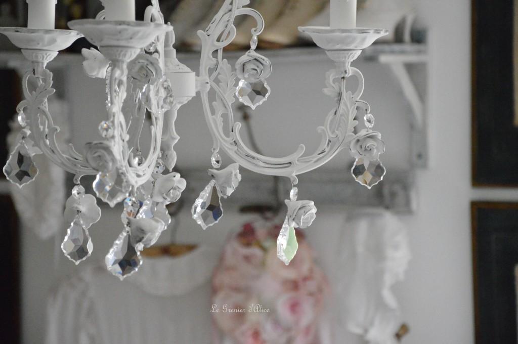 Lustre trois branches patine blanche lustre shabby chic lustre romantique romantic shabby chic chandelier rose coupelle céramique