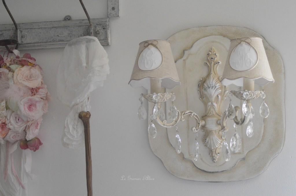 Applique deux branches patinée lin abat jour lin monogramme broderie machine ficelle patine craquelée decoration interieure shabby chic style cosy charme romantique couronne fleur rose papier