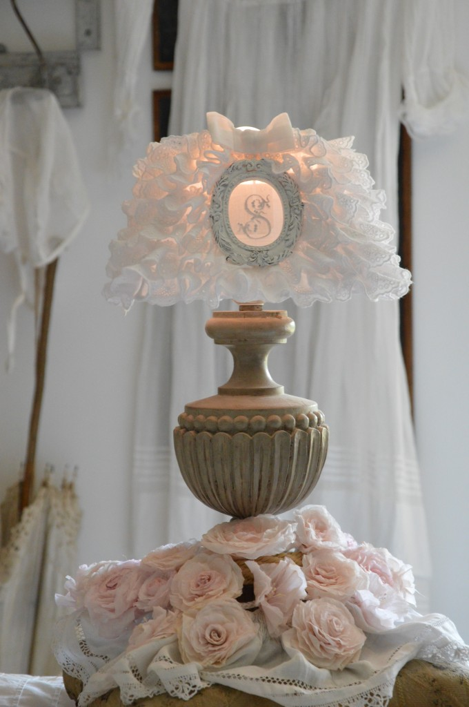 Abat jour froufrou shabby chic et romantique broderie anglaise monogramme ornement patiné blanc vieilli création le grenier dalice 1