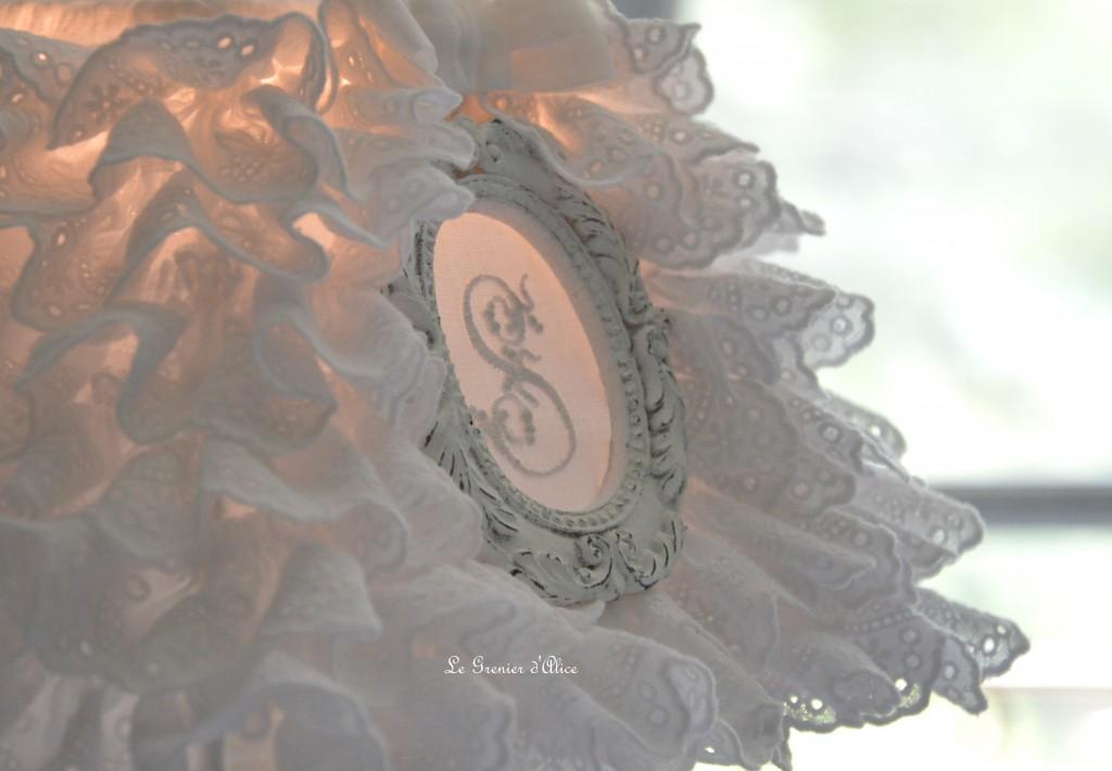 Abat jour froufrou shabby chic et romantique broderie anglaise monogramme ornement patiné blanc vieilli création le grenier dalice 3