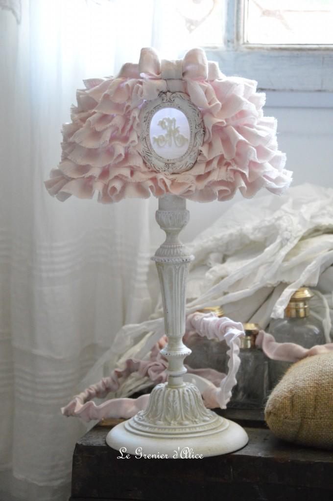 Lampe de chevet shabby chic et romantique lampe de charme pied de lampe patiné lin avec abat jour froufrou volant ornement résine monogramme broderie machine