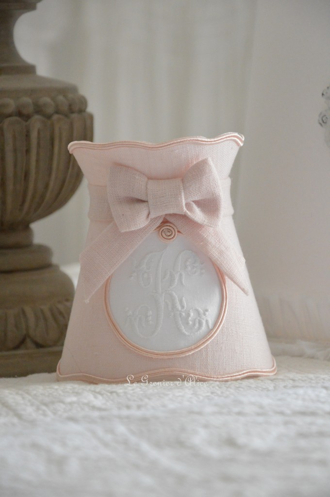 Abat jour shabby chic romantique rose poudré a collerette forme gustavien romantic shabby lampshade pink powder monogramme broderie machine