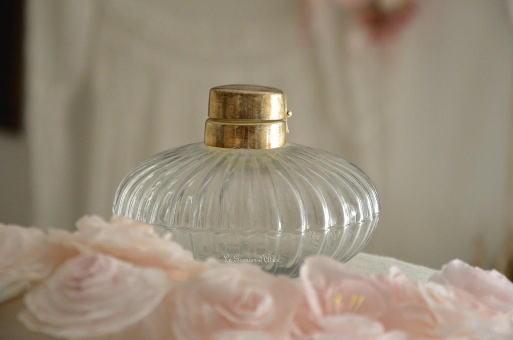 Joli flacon en verre bouchon métal patiné flacon shabby chic et romantique le grenier dalice 1