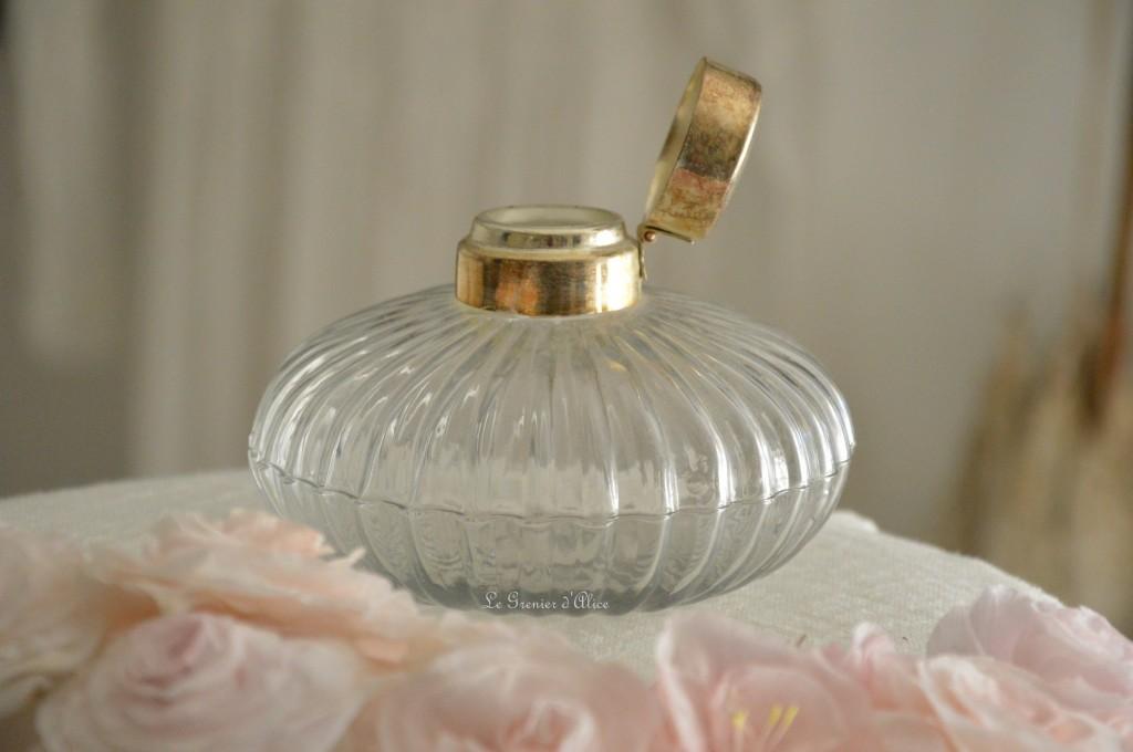 Joli flacon en verre bouchon métal patiné flacon shabby chic et romantique le grenier dalice