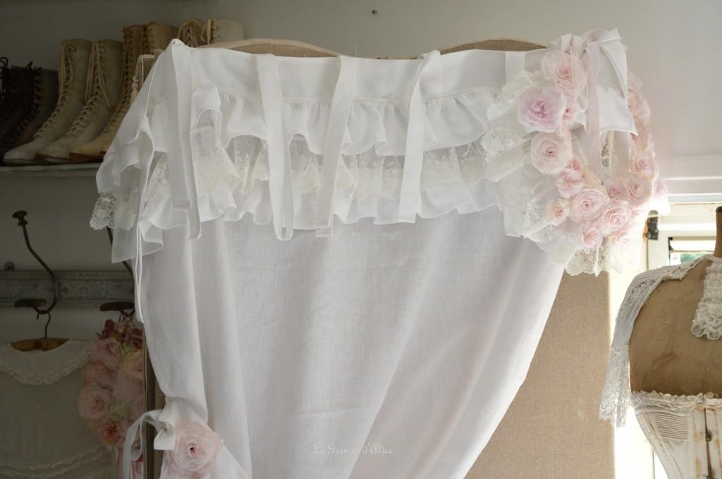 Rideau lin blanc shabby chic volant froufrou dentelle blanche romantique embrasse embrase à rideaux guirlande fleur rose papier crépon teintée rose peinte shabby curtain  1