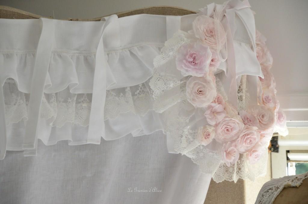 Rideau lin blanc shabby chic volant froufrou dentelle blanche romantique embrasse embrase à rideaux guirlande fleur rose papier crépon teintée rose peinte shabby curtain  2