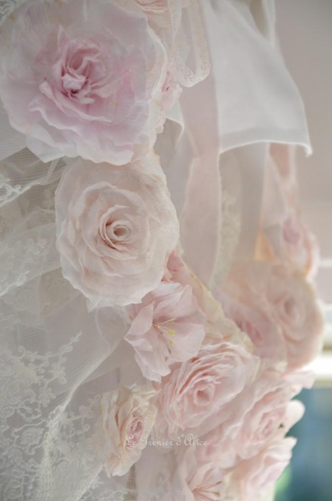 Rideau lin blanc shabby chic volant froufrou dentelle blanche romantique embrasse embrase à rideaux guirlande fleur rose papier crépon teintée rose peinte shabby curtain  4