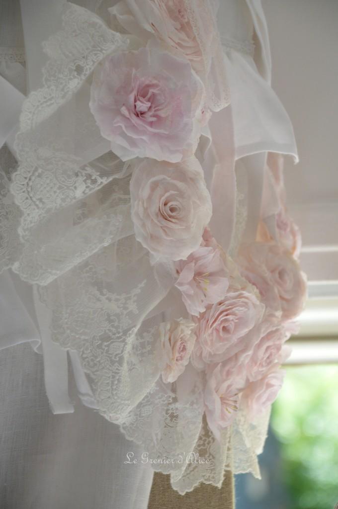 Rideau lin blanc shabby chic volant froufrou dentelle blanche romantique embrasse embrase à rideaux guirlande fleur rose papier crépon teintée rose peinte shabby curtain  5