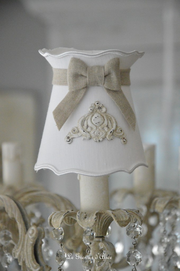 Abat jour shabby chic romantique forme gustavien à collerette en lin blanc lin naturel ornement résine patine lin romantic and shabby lampshade 1