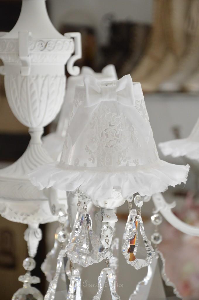 Lustre cinq branches shabby chic blanc poudré blanc vieilli pampilles cristal lustre ancien romantique lustre patiné abat jour dentelle tulle voile de mariée organdi chaussette 4