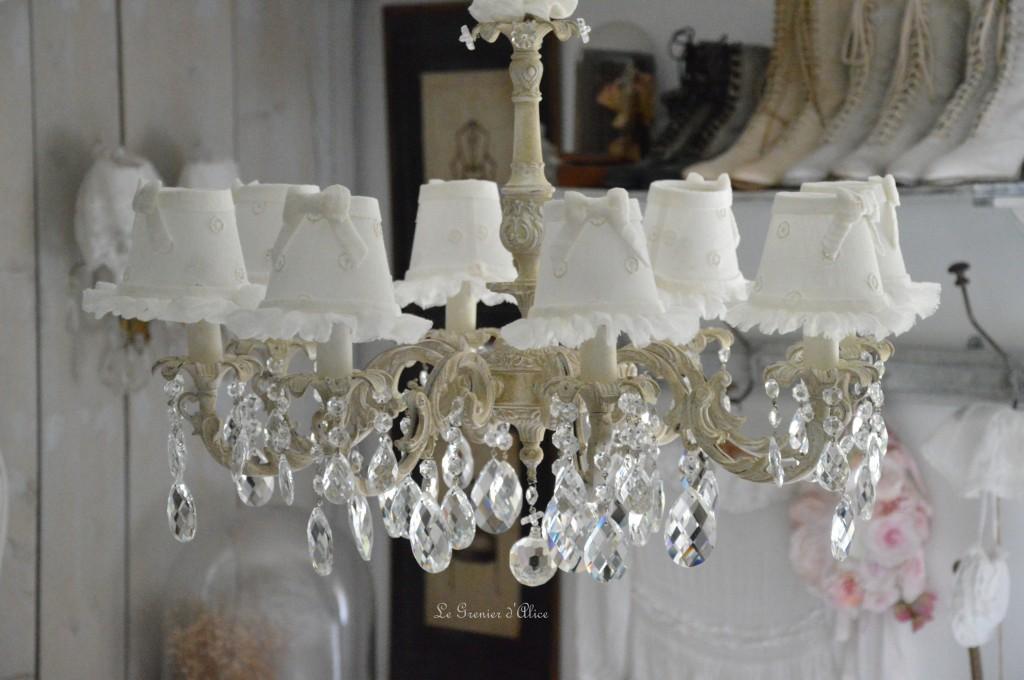 Lustre huit branches ancien pampilles patiné lustre shabby chic et romantique romantic chandelier abat jour lin ivoire ajouré et voile de lin ivoire création le grenier dalice 1
