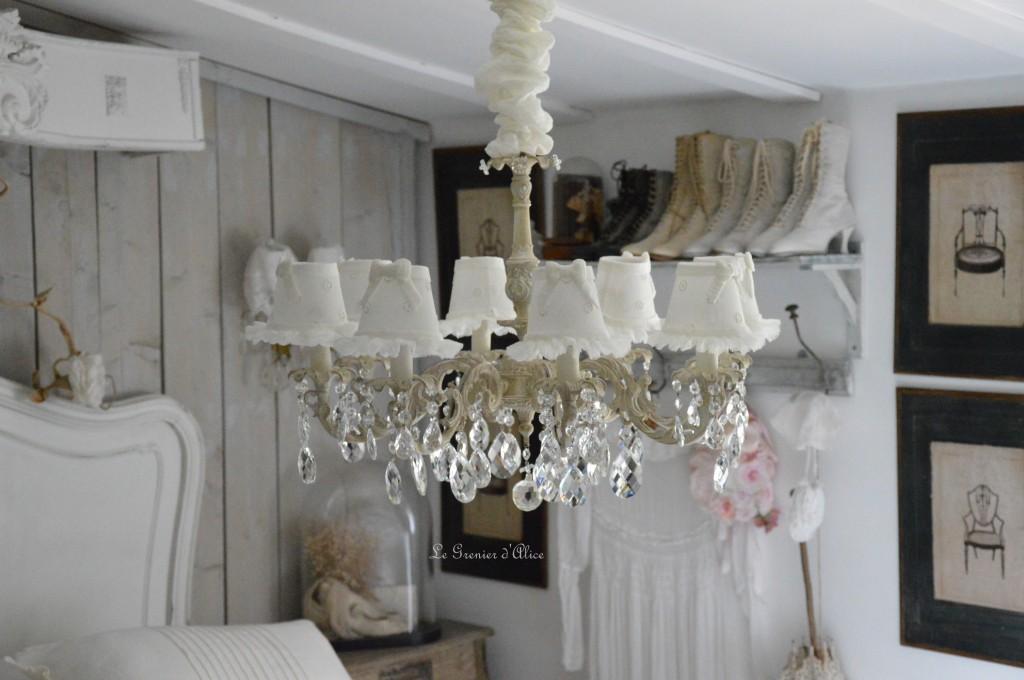Lustre huit branches ancien pampilles patiné lustre shabby chic et romantique romantic chandelier abat jour lin ivoire ajouré et voile de lin ivoire création le grenier dalice
