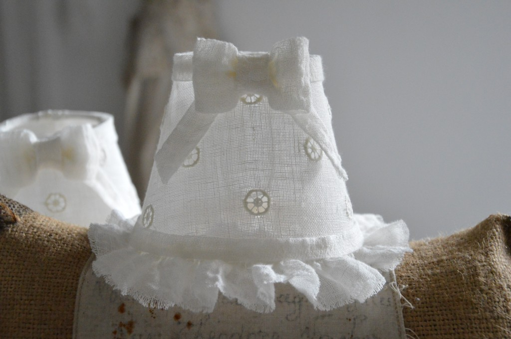 Lustre six branches ancien pampilles patiné lustre shabby chic et romantique romantic chandelier abat jour lin ivoire ajouré et voile de lin ivoire création le grenier dalice 1