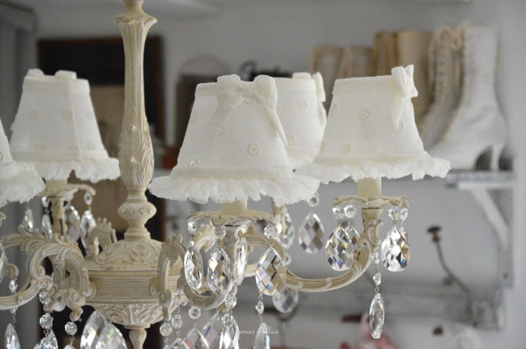 Lustre six branches ancien pampilles patiné lustre shabby chic et romantique romantic chandelier abat jour lin ivoire ajouré et voile de lin ivoire création le grenier dalice 6