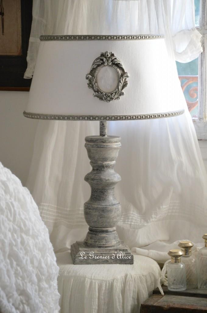 Relooking après lampe en lampe shabby chic romantique ornement gris patiné lin lavé blanc pied de lampe patine grise monogramme broderie fleur de lys