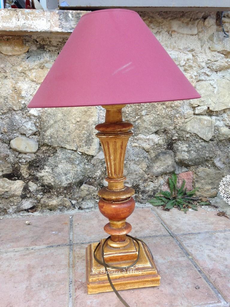 Relooking lampe de chevet avant après lampe romantique et shabby chic abat jour chanvre ornement résine ornement patiné lin monogramme brodé 1