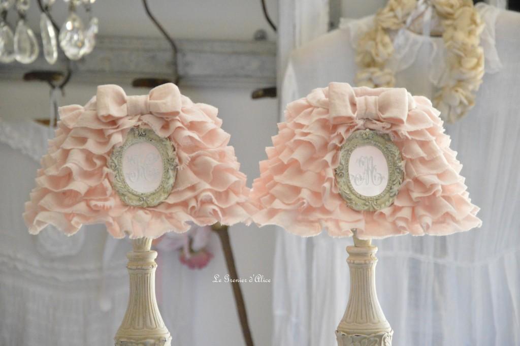 Abat jour froufrou en lin rose poudré romantique shabby chic monogramme ornement résine patiné pied de lampe patiné romantic and shabby lamp lampshade 1