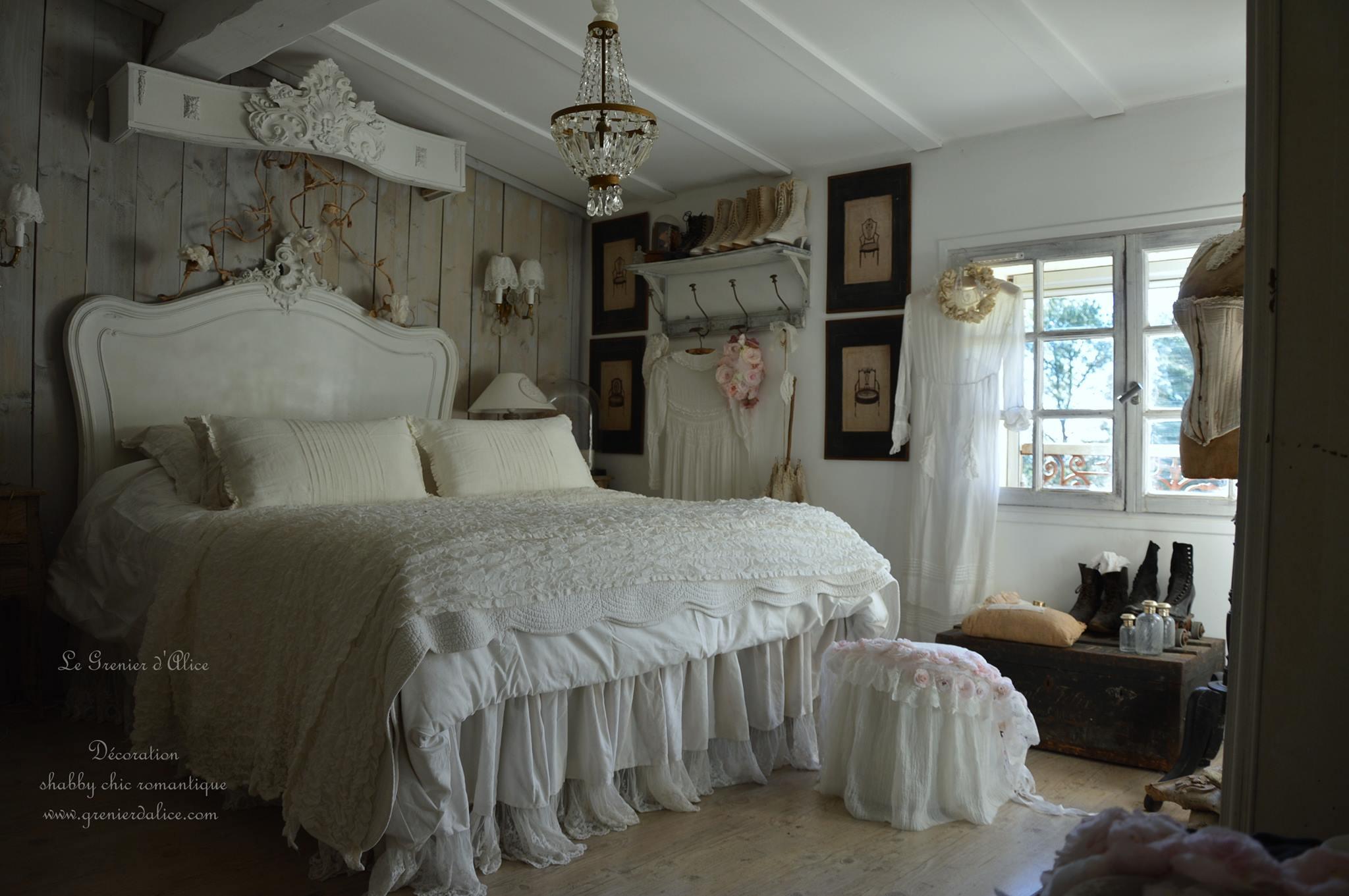 Chambre romantique chambre shabby chic chambre le grenier d'alice bottine ancienne coffre applique lustre à pampilles patiné ciel de lit patiné galbé dentelle froufrou
