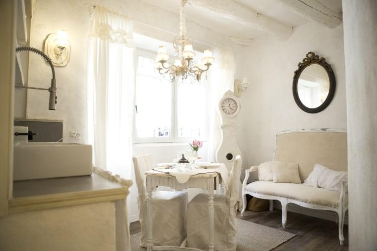 Salon cuisine shabby chic et romantique centre historique aix en provence airbnb location meublé touristique week end amoureux nuit mariage