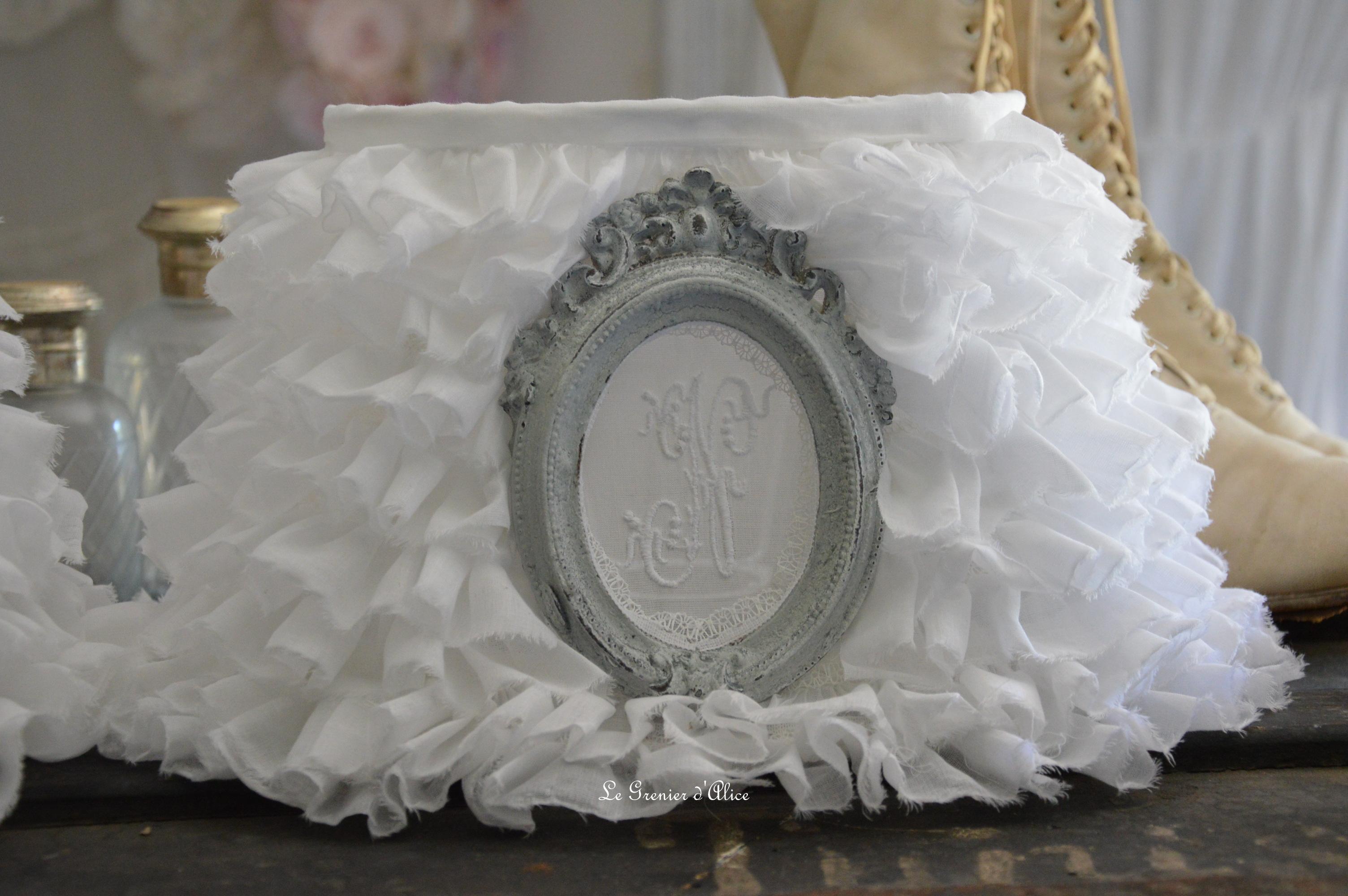 Abat jour oval froufrou organdi blanc shabby chic et romantique monogramme ornement patiné gris gustavien Shabby ruffle lampshade 2