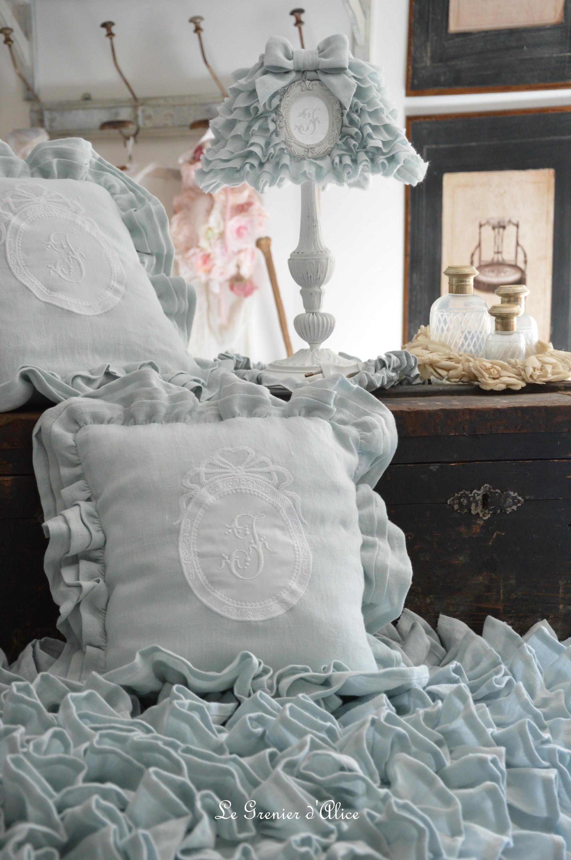 Bout de lit jeté de lit bout de pied shabby chic romantique lin gris nordique gris gustavien volant froufrou ruffle linen création le grenier dalice abat jour lampshade coussin pillow 3