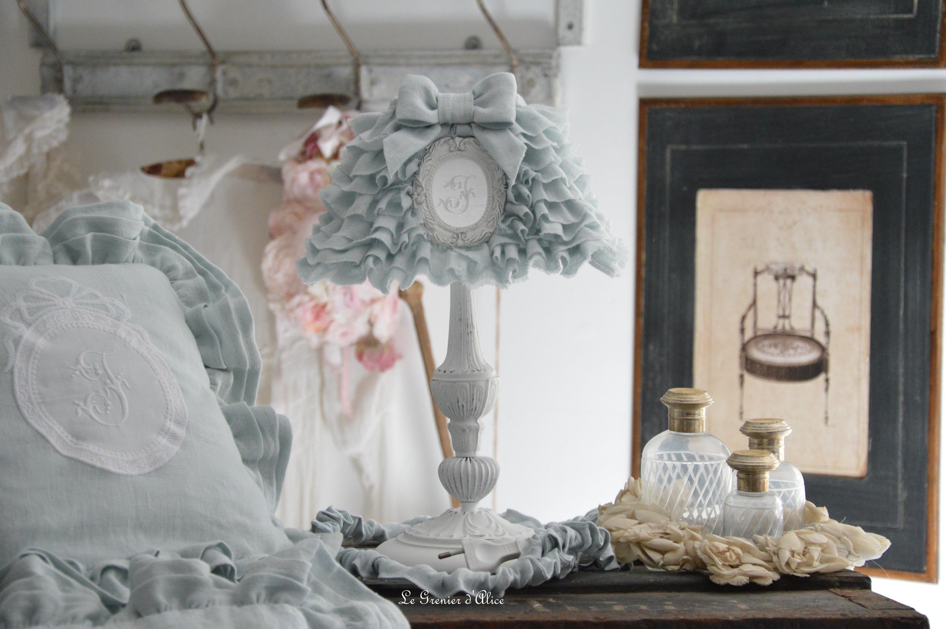Bout de lit jeté de lit bout de pied shabby chic romantique lin gris nordique gris gustavien volant froufrou ruffle linen création le grenier dalice abat jour lampshade coussin pillow