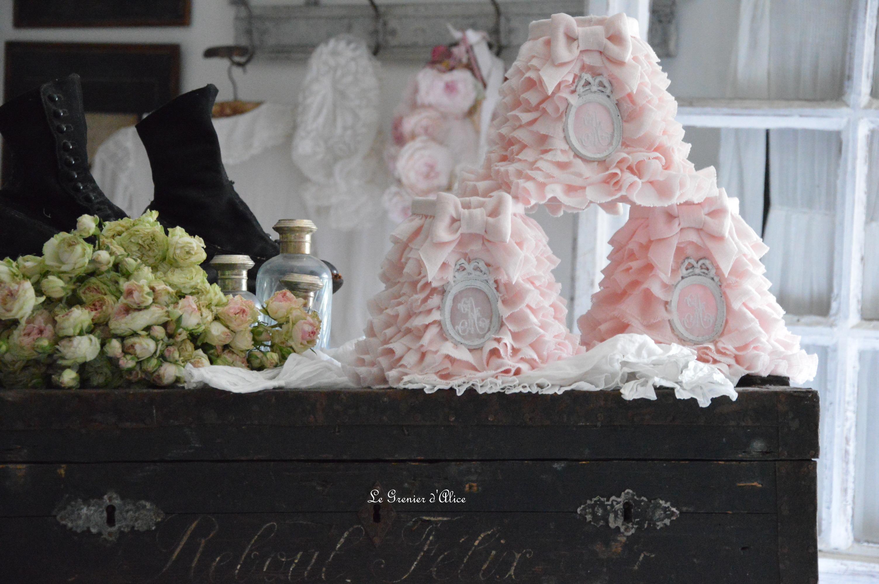 Pierre de Ronsard abat jour romantique shabby chic lin rose poudré abat jour froufrou organdi blanc monogramme brodé ornement resine patine ruffle romantic lampshade 2