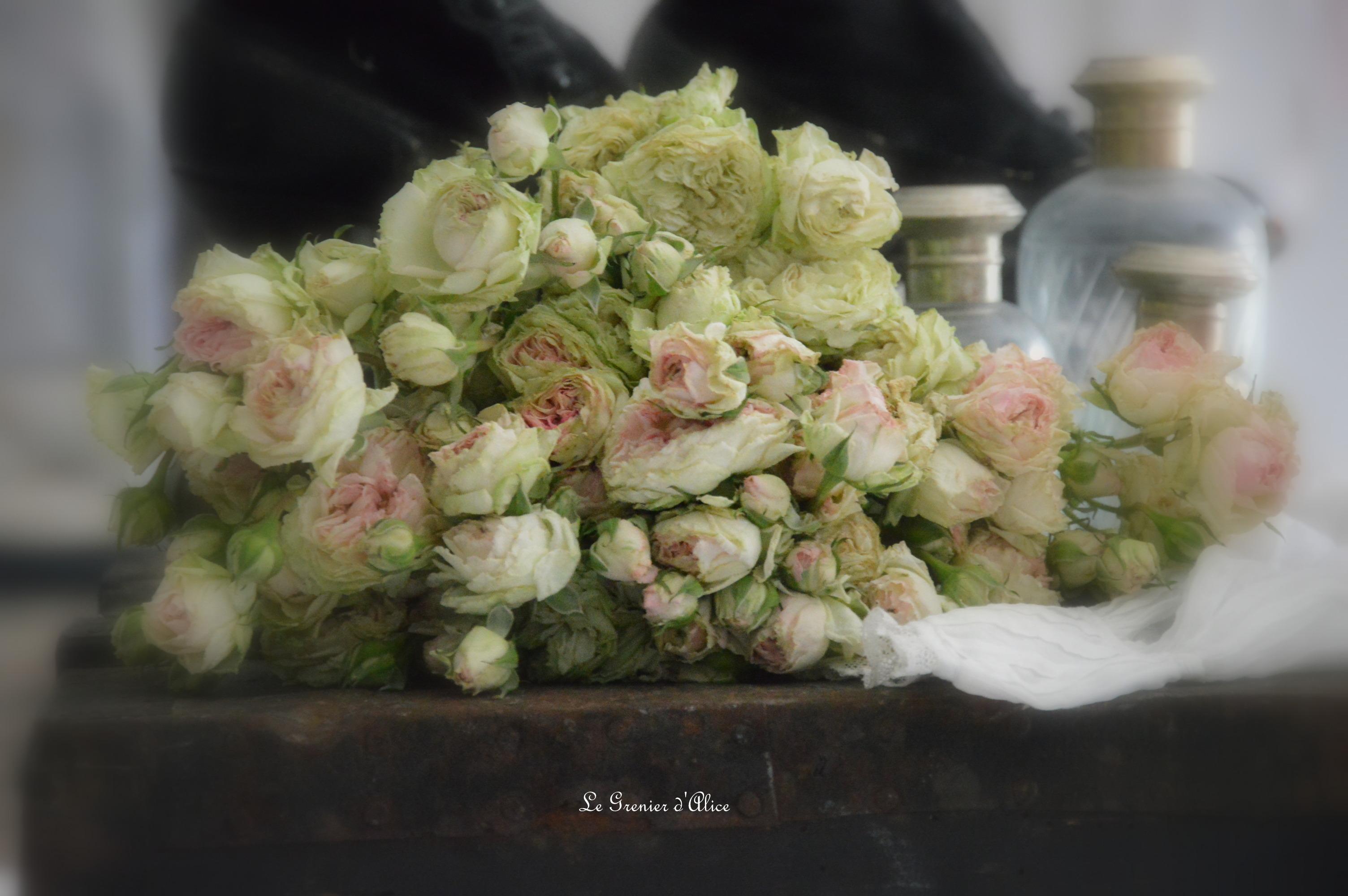 Pierre de Ronsard abat jour romantique shabby chic lin rose poudré abat jour froufrou organdi blanc monogramme brodé ornement resine patine ruffle romantic lampshade