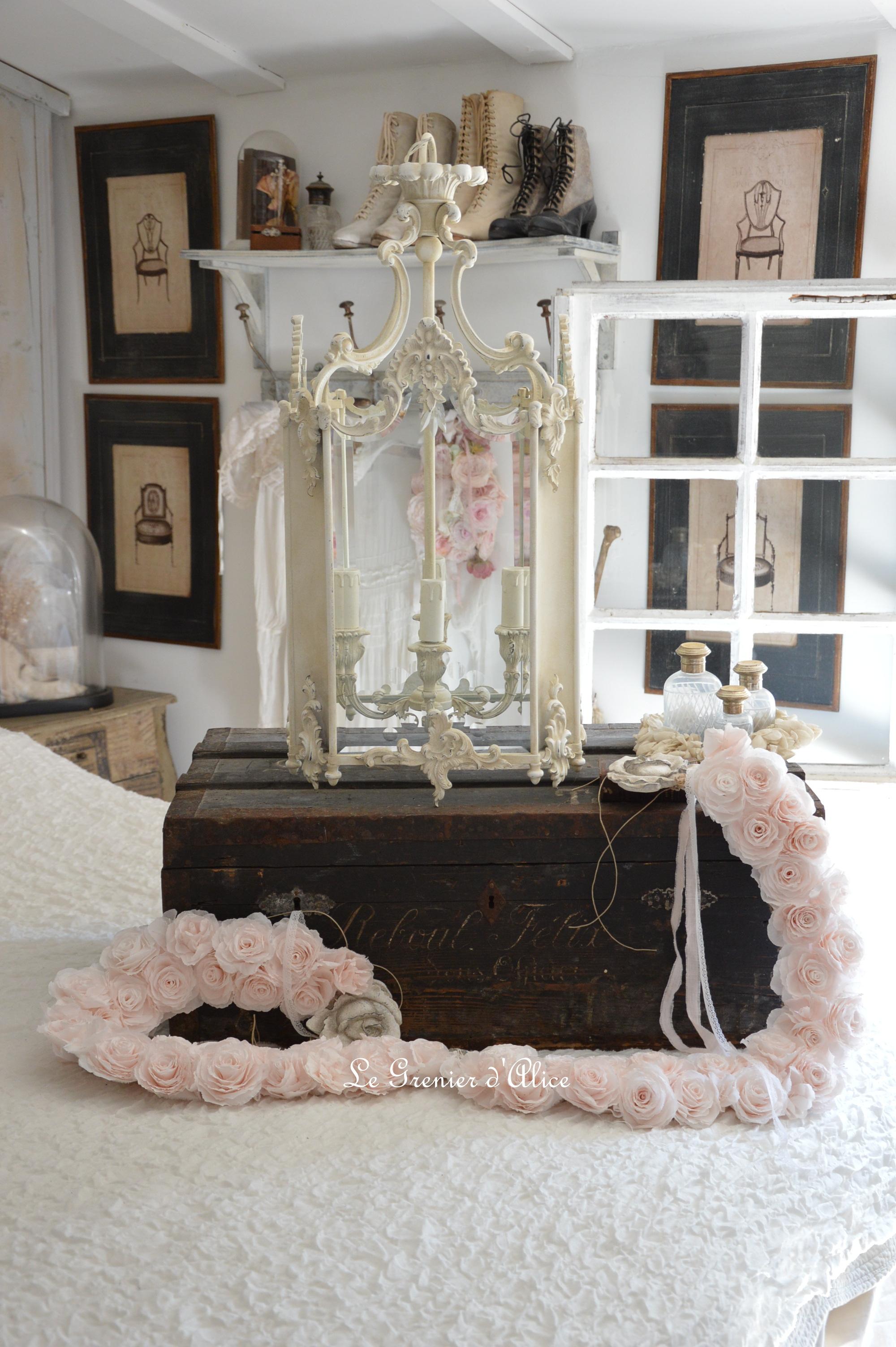 Lanterne style Louis XV lanterne bronze lanterne shabby chic romantique lanterne patinée guirlande fleurs rose crépon rose poudré création le grenier dalice 4
