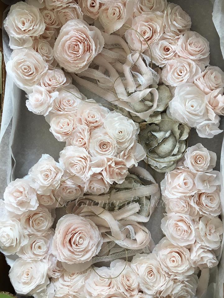 Lanterne style Louis XV lanterne bronze lanterne shabby chic romantique lanterne patinée guirlande fleurs rose crépon rose poudré création le grenier dalice 6