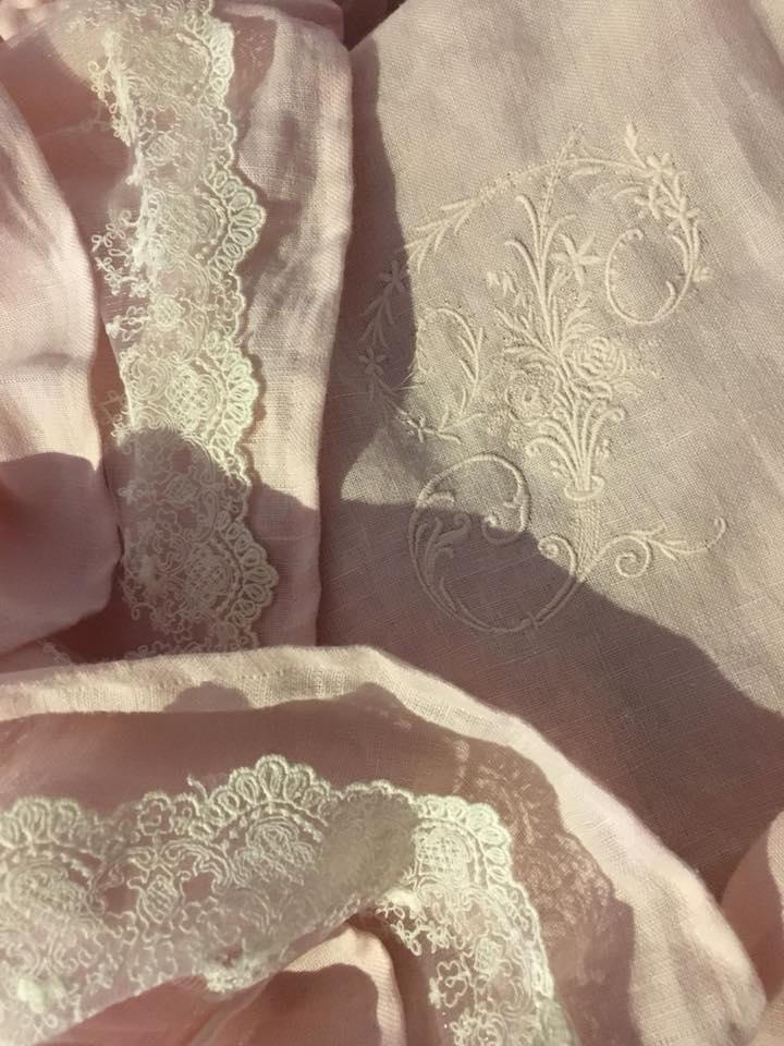 Nappe ronde brodée nappe lin lavé rose poudré shabby chic et romantique