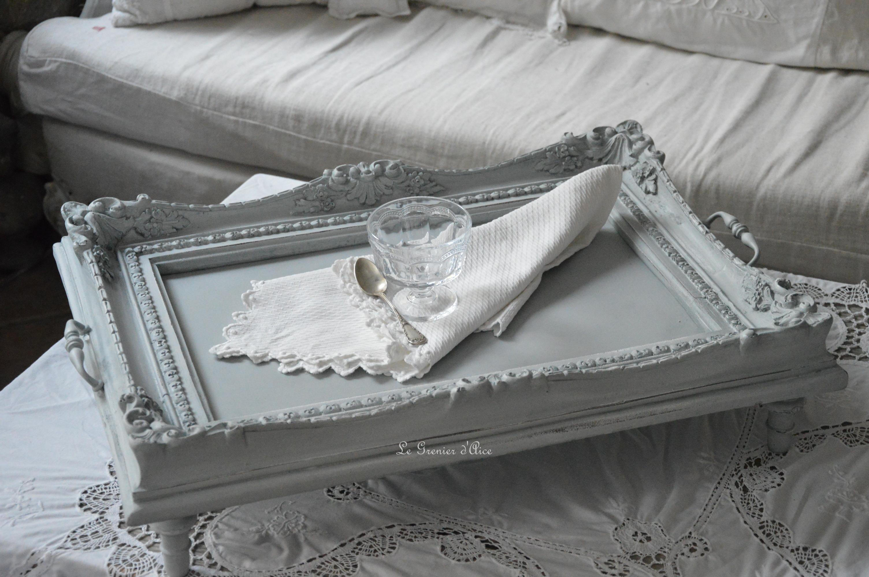 Plateau shabby chic et romantique plateau petit déjeuner patiné gris gustavien blanc vieilli blanc poudré lin création le grenier dalice 1